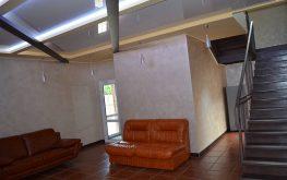 Хол с камином, большой LED телевизор, аудиосистема